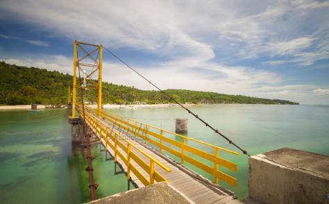 Tempat wisata jembatan kuning lembongan di nusa penida