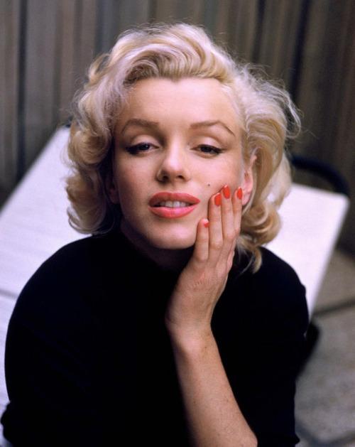 Marilyn monroe foto com unhas pintadas, posando para camera com a mão no rosto