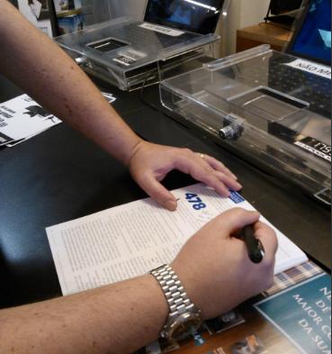 Autor autografando uma revista