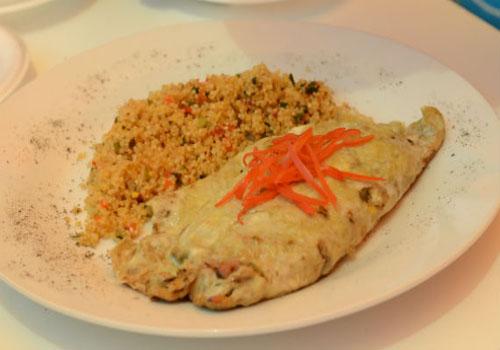 Quinua graneada con omelette de anchoveta