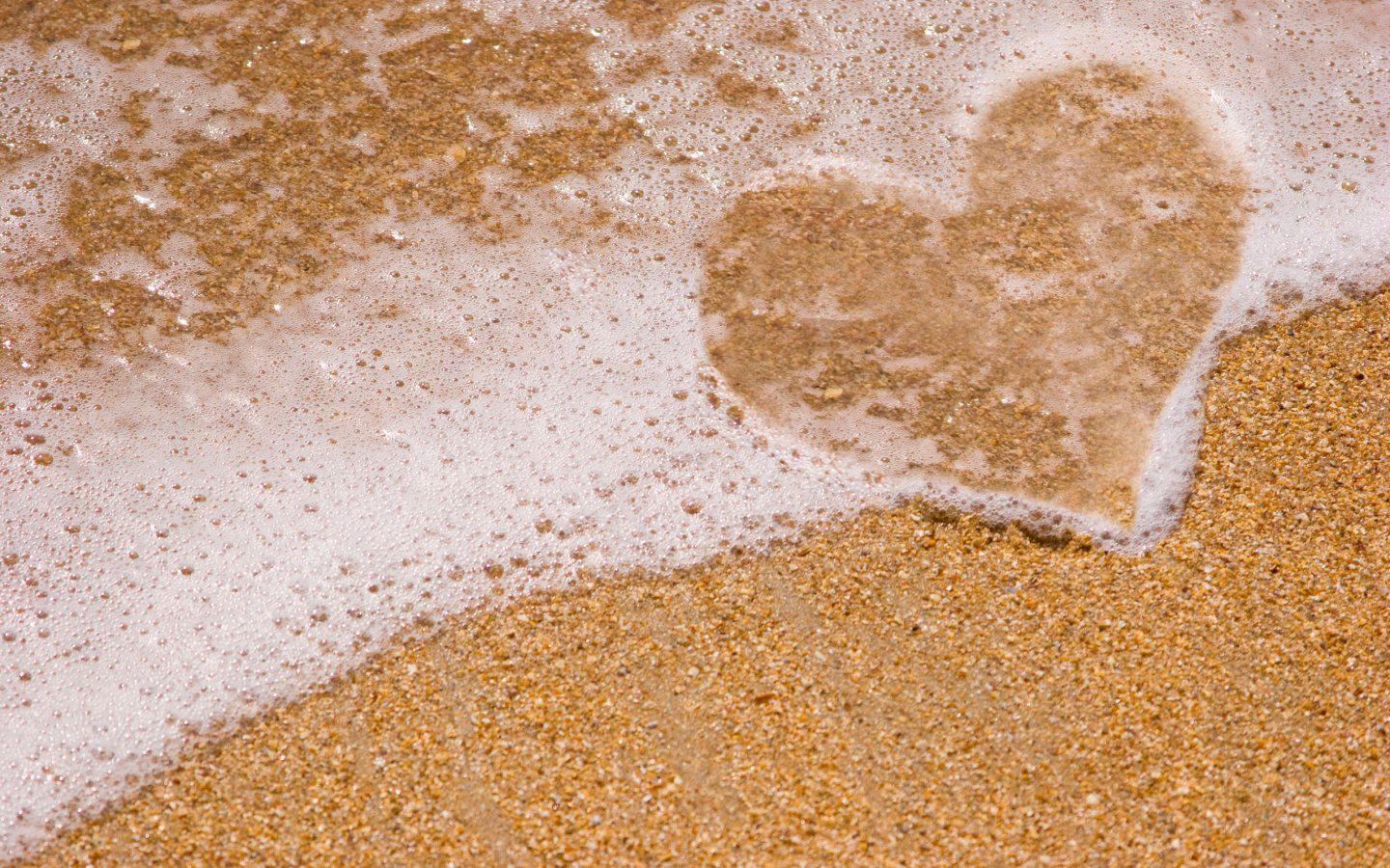 Lonely Heart From Beach Sand HD Wallpaper | Best Love HD ...