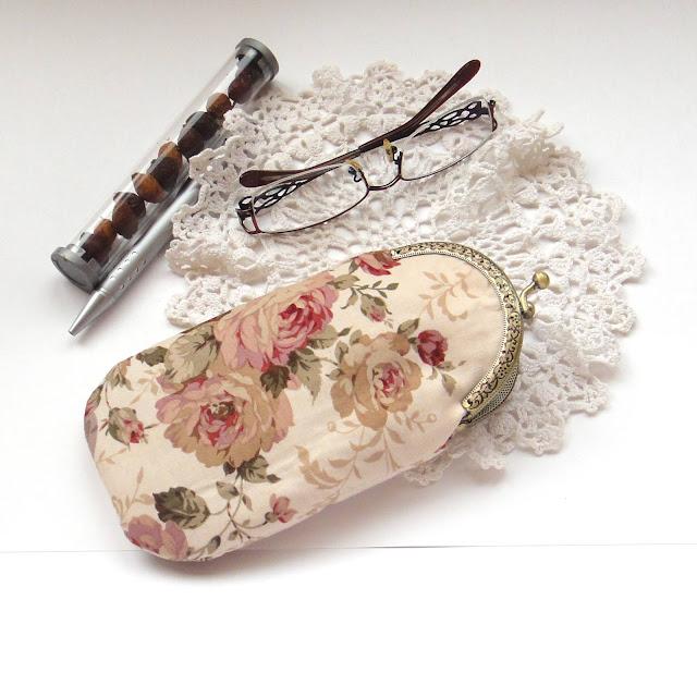 Женский очечник с розами: натуральный хлопок, бежевый чехол для очков. Нежный подарок маме