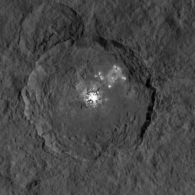cratera Occator - pontos brilhantes em Ceres