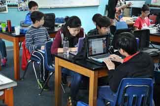 ada beberapa keuntungan yang dapat diperoleh dengan pembelajaran berbantuan internet, di antaranya menjadikan siswa aktif mencari informasi dan terpenuhinya sumber informasi yang hampir tanpa batas