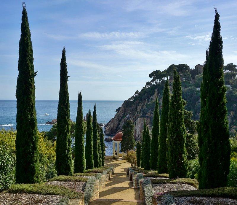 Jardín con vistas al mar Mediterráneo y escaleras que conducen al Templete de Linneo Marimurtra Jardín Botánico