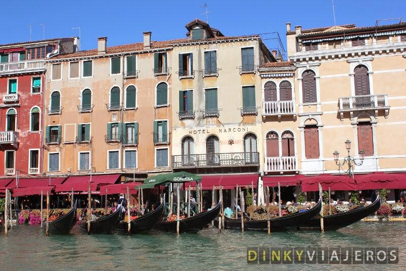 Parada de góndolas en el Gran Canal de Venecia