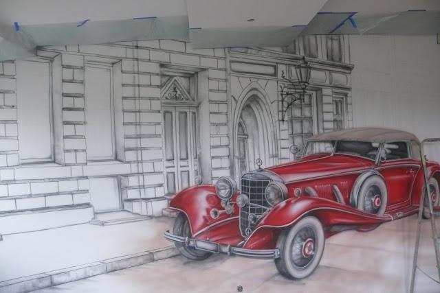 szkicowanie samochodu na ścianie, malowanie mefcedesa na ścianie w pokoju młodzieżowym ,ciekawa aranżacja ściany dla chłopca