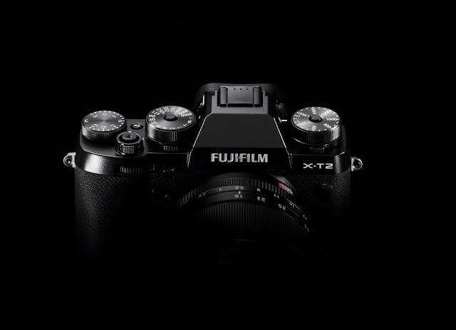 Fotografia della Fuji X-T2 su sfondo nero