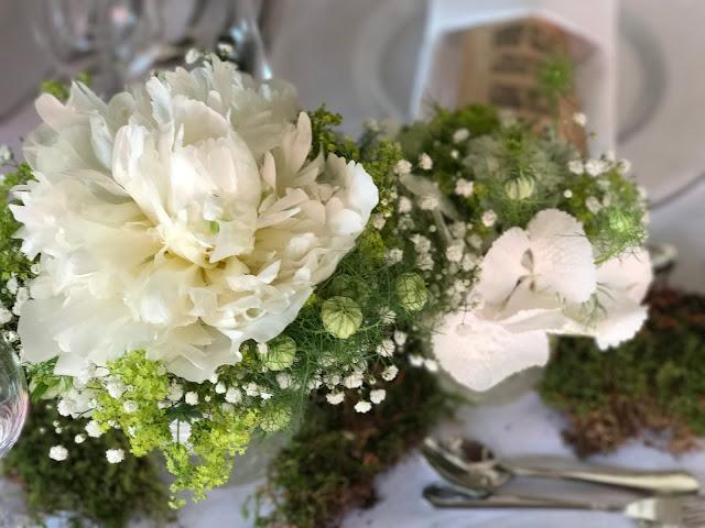 Tischblumen Pfingstrosen und Schleierkraut, Hochzeit in Apfelgrün und Weiß im Riessersee Hotel Garmisch-Partenkirchen, Hochzeitshotel in Bayern, heiraten in den Bergen am See