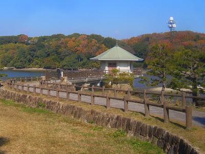 大阪府枚方市・山田池公園の紅葉 浮見堂