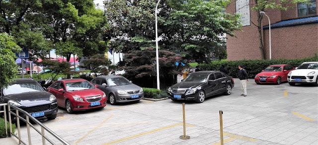 ビルの駐車場にある高級車、左から、ポルシェ、GM、VW、メルセデス、BMW、ポルシェ