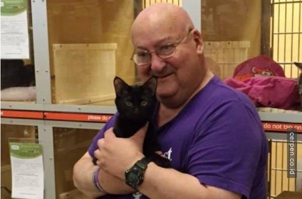 Dia Mengadopsi Kucing Hitam yang Tak Diinginkan Seorangpun, Apa yang Dilakukan Kucing Ini Untuk Membalas Budi Sangat Mengharukan!