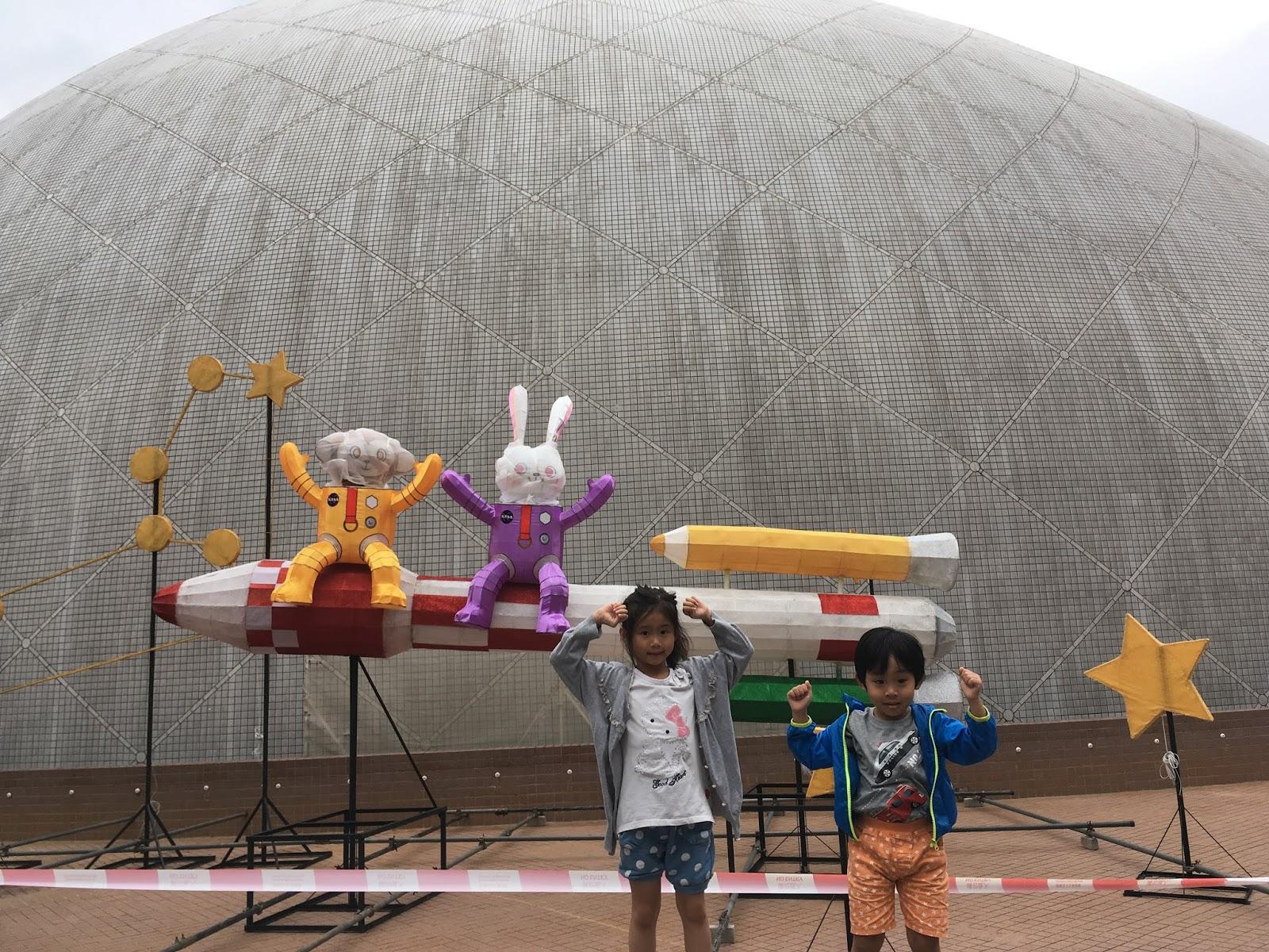 Életkép az Űrmúzeum előtt