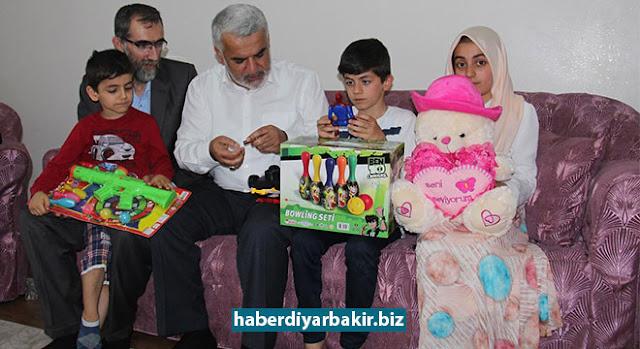 DİYARBAKIR-HÜDA PAR Genel Başkanı Zekeriya Yapıcıoğlu, PKK tarafından düzenlenen silahlı saldırıda katledilen Yeni İhya-Der Başkanı Aytaç Baran'ın şehadet yıldönümü vesilesiyle iftarını Baran'ın ailesiyle açtı.