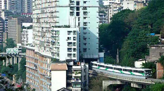 Kereta Melintasi Gedung Apartment di China