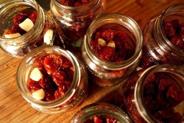 suszone pomidorki koktajlowe w zalewie z przyprawami - czosnek, liść laurowy i szałwia