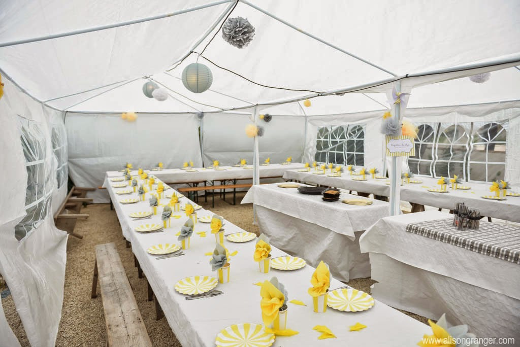 chapiteau et table decoree en jaune et gris