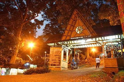 Gerbang masuk kawasan hutan urug di malam hari