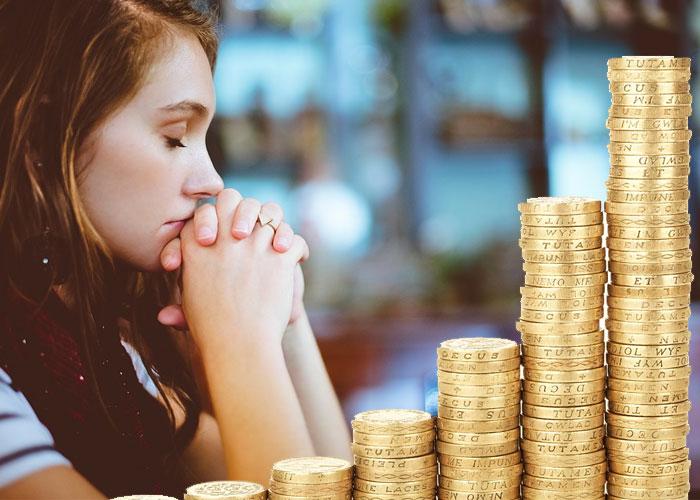 menina fazendo oração para ganhar dinheiro