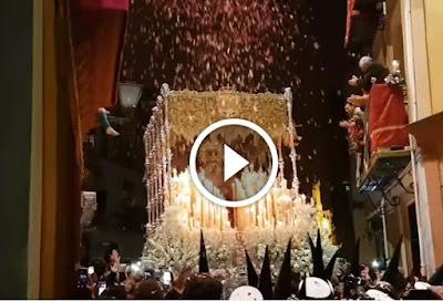 Petalada a la Esperanza de Triana en la Madrugá 2017 en la Semana Santa de Sevilla