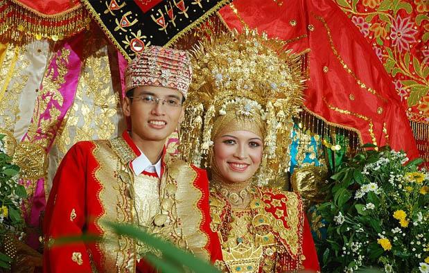 Pakaian Pengantin Adat Sumatera Barat (Padang)