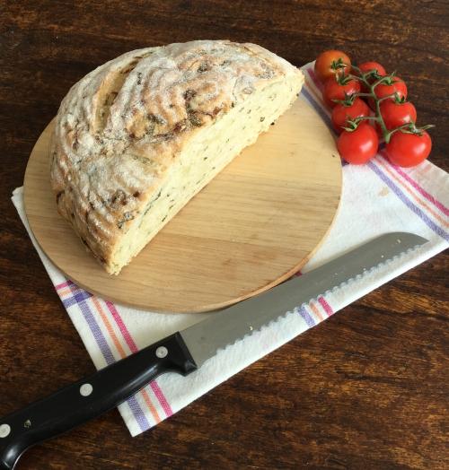 pão de cebola caramelizada e cebolinha