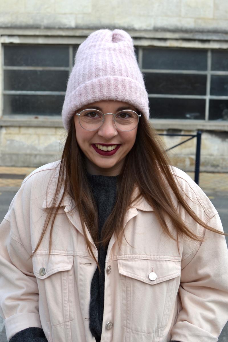 veste en jean rose Topshop, pull gris Pimkie, bonnet rose Zara