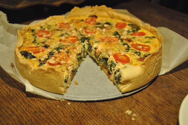 Angeschnitten: Quiche mit Spinat, Ziegenfrischkäse und Tomaten