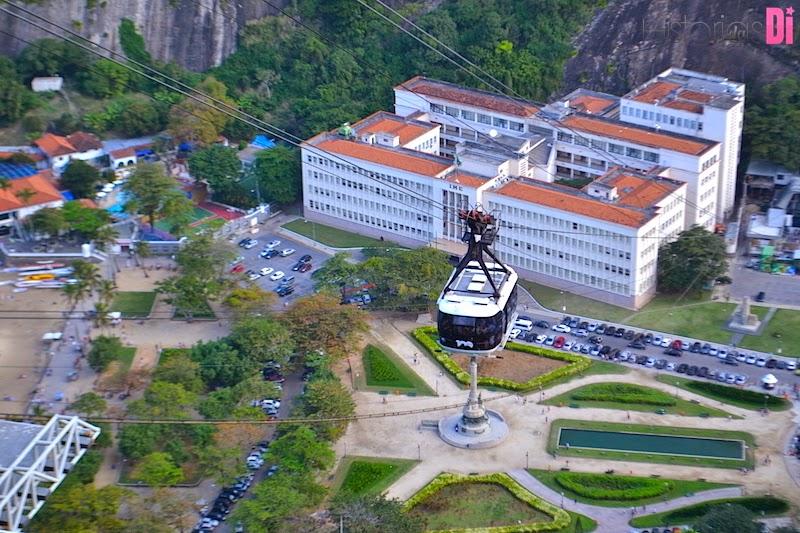Bondinho subindo o Morro da Urca, e vista da Praça General Tibúrcio