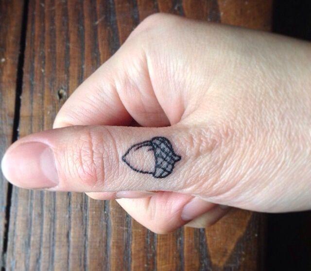 tatuaje de bellota en el dedo