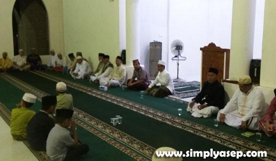 KHIDMAT : Acara Syukuran dan Doa Selamat Penggunaan Masjid Babussalam Duta Bandara Kubu Raya dilakukan penuh sederhana, kekeluargaan dan hikmat diawali dengan Sholat Isya Berjamaah. Foto Asep Haryono