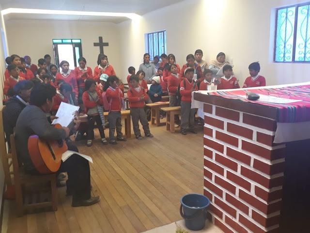 Beim Gottesdienst nehmen alle Schüler teil, und ein Lehrer begleitet mit seiner Gitarre die Lieder.