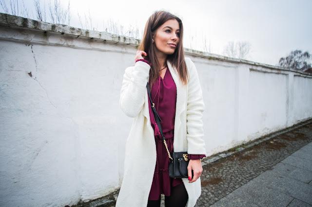 Bordowa sukienka w zestawieniu z płaszczem ecru - Czytaj więcej
