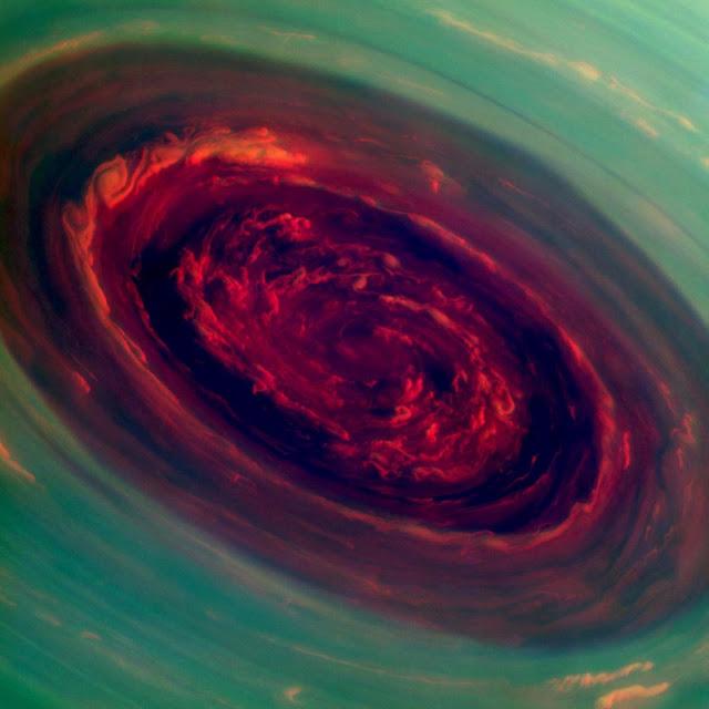 Bông hồng khổng lồ giữa cơn bão hình lục giác ở cực bắc của Sao Thổ được chụp vào ngày 27 tháng 11 năm 2012. Hình ảnh: NASA/JPL.