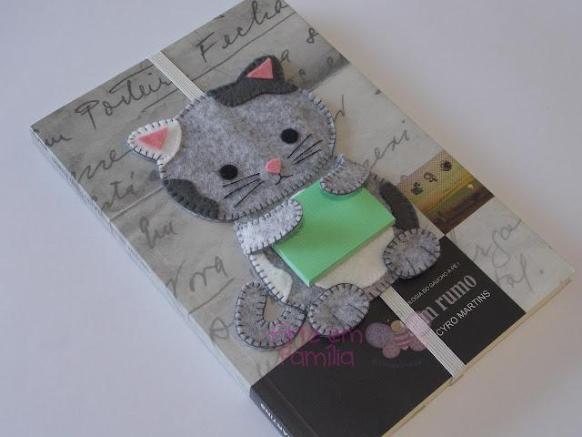 marcadores de páginas com bichinhos em feltro, gatinho, cachorrinho e coruja, e eles também vem com um post it para anotações.