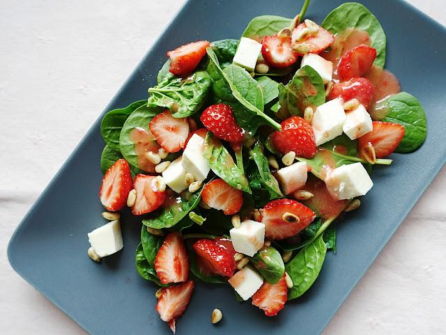 Der beste Sommersalat mit Spinat und Erdbeeren