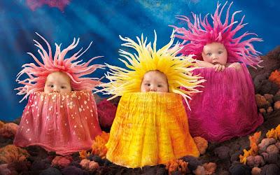 sevimli-bebekler-in-sarı-pembe-elbiseler