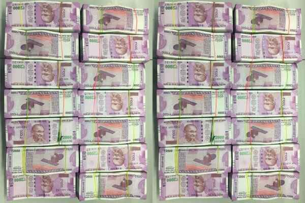 kanpur-police-recovered-4-5-crore-from-vivek-kumar-agrawal-news