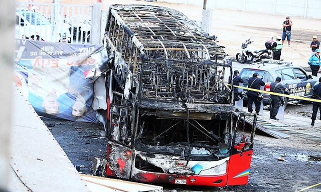 17 muertos deja incendio en ómnibus en paradero informal de Fiori