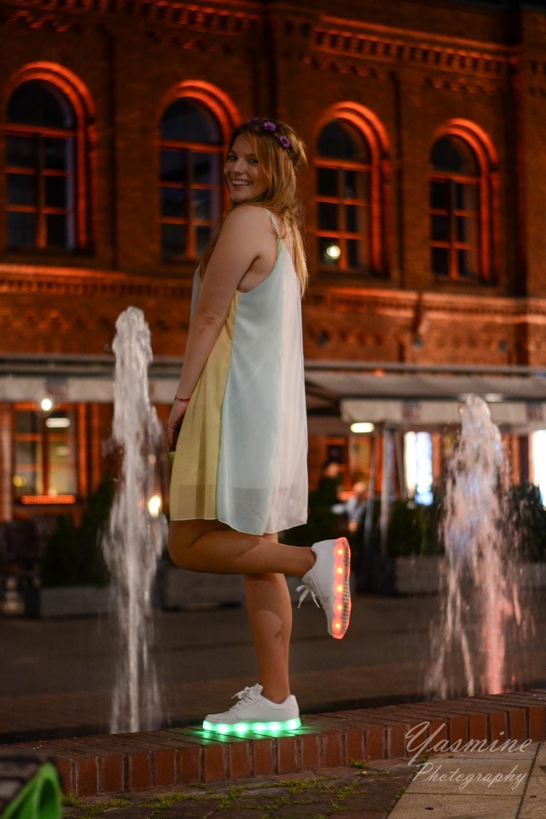 stylizacje festiwalowe ze smeakersami sneakersy disco light renee recenzja melodylaniella lookbook fashion neon