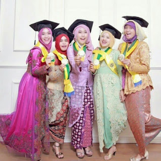 Contoh Warna Dan Model Kebaya Wisuda Favorit Mahasiswi