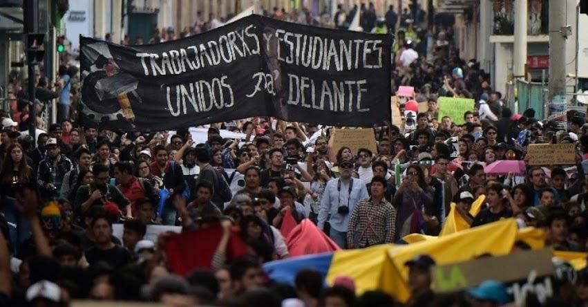 Presidente de Ecuador pide la renuncia de todos sus ministros en medio de protestas estudiantiles