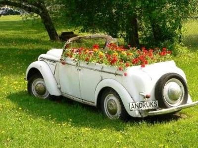 Walau bahan pot bunga ini terbuat dari barang bekas, tapi mobil tetap merupakan material mewah dan mahal untuk didaur ulang.