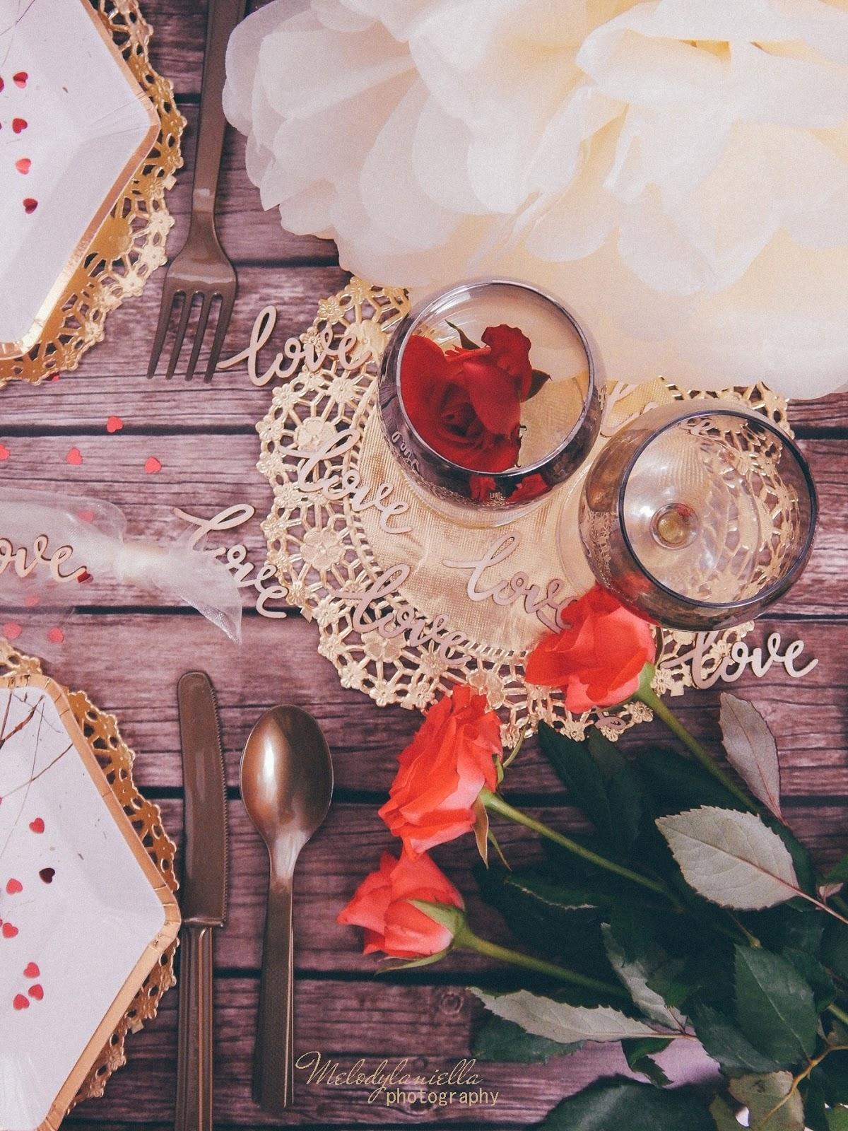 13 złote dodatki dekoracyjne ażurowe serwetki jednorazowe talerze dodatki na imprezu urodziny wieczór panieński pomysły złote konfetti serca marmur złoto kieliszki zastawa talerze