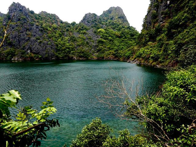 sông hồ thiên nhiên trên hoang đảo Mắt Rồng