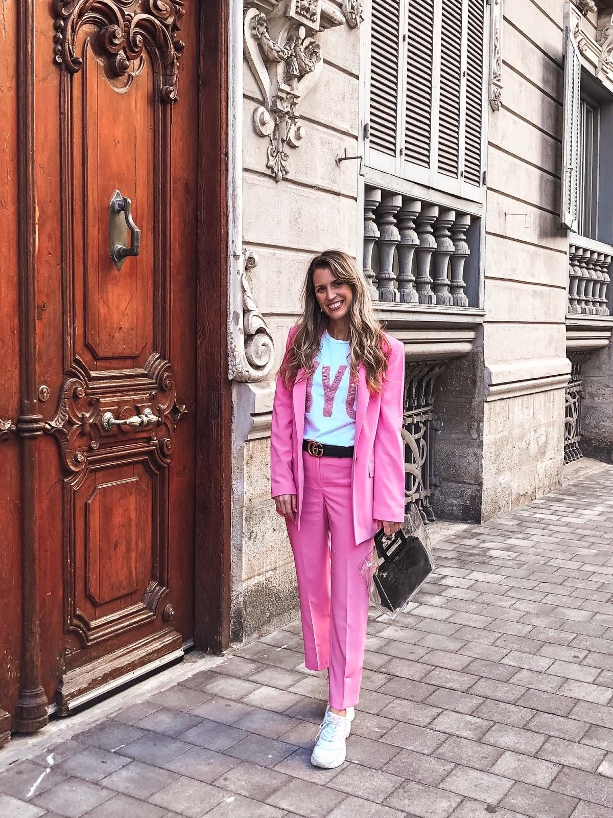traje rosa mujer