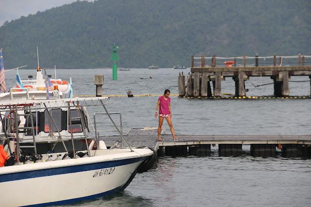 Menuju boat yang akan membawa ke Manukan Island