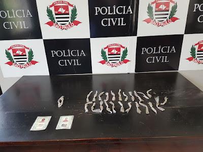 """""""Polícia Civil prende em flagrante primos que traficavam nos arredores de quadra poliesportiva em Santos"""""""