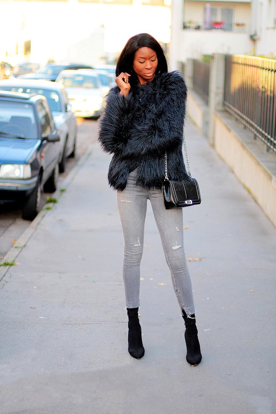 bottines-chaussettes-kim-kardashian-style-jeans-taille-haute-manteau-fausse-fourrure