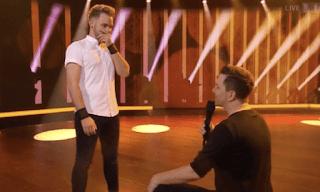Παρουσιαστής έκανε πρόταση γάμου live στον σύντροφό του